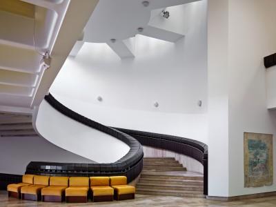 A Szombathelyi Képtár aulájából felvezető lépcső az eredeti fotelekkel, 2015 Fotó: Villányi Csaba